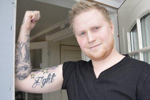 KRAFTTAK: Patrick Bakksjø ble rammet av kreft i fjor, og er nå med på Krafttak mot kreft. I høyrehånden har han tatovert inn ordet «Fight» (kamp) med sløyfen for prostatakreft som han fikk. Foto: Gøran O. Pedersen