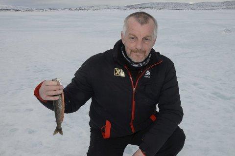 TIL HØLTANNA: – Dagens fangst er bare stor nok til å fylle hullet i høltanna, sukker isfisker Arvid Kildal.