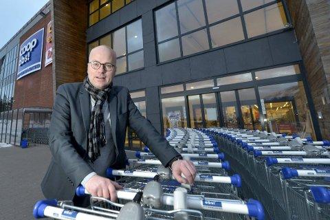 Har taket på kundene: Per B. Brochmann, direktør i Coop Helgeland, kan fornøyd konstatere at bedriften han leder tar stadig større markedsandeler. Foto: Øyvind Bratt