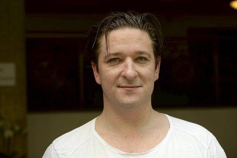 KLAR FOR CABARET: Hans Marius Hoff Mittet mener det er en idé å tydeliggjøre «Cabarets» tematiske likheter med i dag. FOTO: VIDAR RUUD