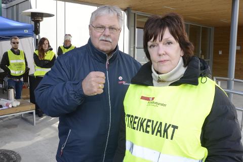 LIKER IKKE: Sekretær Tor Arne Strøm i Fellesforbundet og streikeleder Berit Flaate liker slett ikke at offentlige virksomheter kommer til streikehotellet Meyergården og arrangerer kurs. Foto: Arne Forbord
