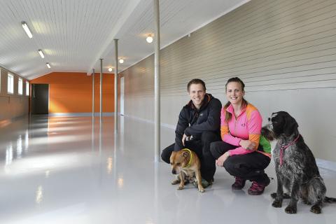 Glinsende nytt: Rana Hundesenter blir snart fylt av firbeinte og logrende hunder. Tommy Alterskjær, Lene Aakre og hundene Easy og Pi ser fram til åpningen.Foto: Beate Nygård
