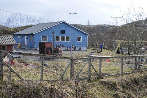 BLIR ERSTATTET: Den bygningstekniske standarden på lokalene til Lurøy/Onøy barnehage er så dårlig at politikerne mener det er billigere å bygge nytt nær Onøy/Lurøy skole på Onøya. Politikerne ser for seg at en ny barnehage vil koste knapt ti millioner kroner. Foto: Arne Forbord