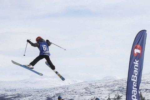 HØYDE: Emil Tøndersen viser hva han kan i Spring Session-konkurransen på Skillevollen lørdag. Foto: Privat