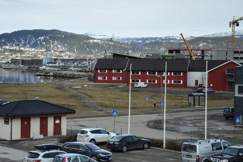 K2-tomta: Mellom Fjordgården og SI ønsker en nå å bygge et 3.000 kvadratmeter stort kontorbygg. Foto: Hugo Charles Hansen