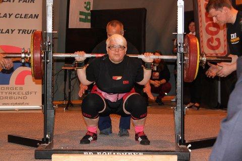 Tove Michalsen sikret seg norgesrekorden i knebøy under helgas NM i styrkeløf for veteraner.