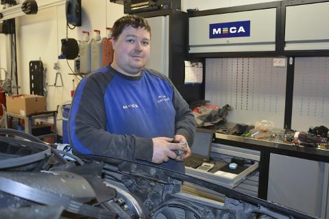 ETABLERT: Robert Kristensen er veldig fornøyd etter å ha etablert sitt eget bilverksted på Mo. Han har fått kjeden MECA med på laget. Foto: Viktor Leeds Høgseth