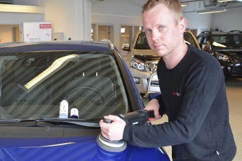PUSS: Produktet legges på med poleringsmaskin, men først må bilen vaskes og lakken renses.  Foto: Viktor Leeds Høgseth