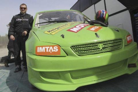 NY SESONG: Stefan Åeng sesongstarter i ny bil i et bakkeløp i Sandviken i Sverige i helga. Foto: Privat