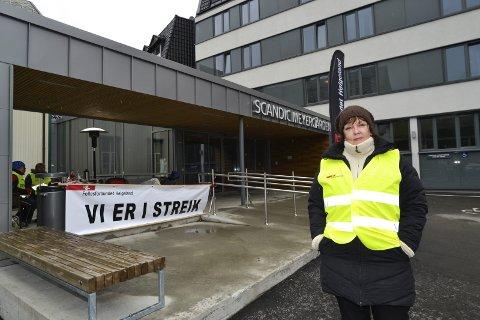 Snart en måned i streik: Berit Flaate og de 43 andre organiserte arbeiderne på Scandic Meyergården Hotell, holder både varmen og motet oppe.Foto: Beate Nygård