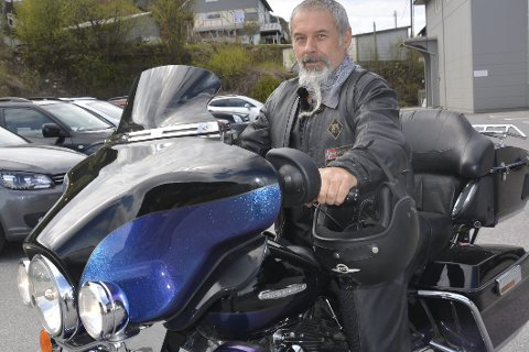 HARLEY: Knut Bjarne Derås setter seg på sin Harley søndag og kjører til Mosjøen. Han håper mange møter opp. Foto: Viktor L. Høgseth