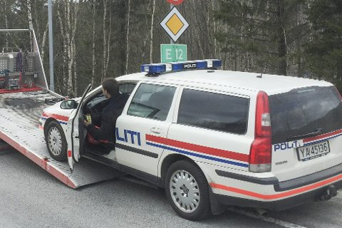 SISTE REIS: Den gamle politibilen måtte fraktes med Falck på sin siste reis til politistasjonen. Foto: Arne Forbord