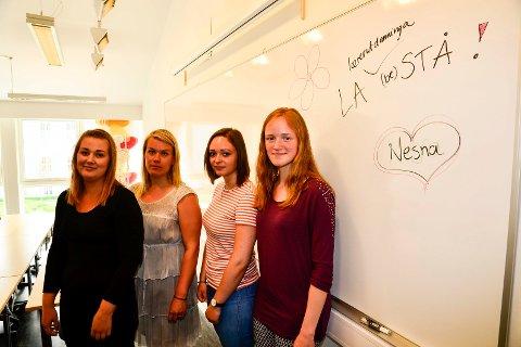 LA NESNA (BE)STÅ: Studentene Siril Finne, Kaja Aardal, Kristin Bjørkamo Bjørhusdal og Andrea Laurine Elvestad mener skoleledelsen ikke bare må se på søkertall, men heller se på alle de positive tingene ved utdanninga på Nesna.