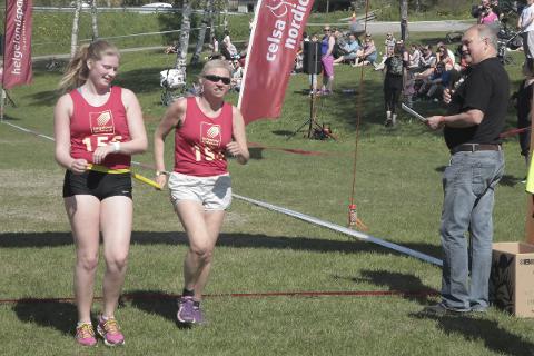 Brøt en barriere: Elin Hansen (t.h) løp i mål sammen med datteren Emilie. Hun fullførte selv om hun praktisk talt er blind. Foto: Stian Forland