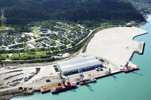 STORT: Området til høyre i bildet er slik man tenker at det nye kaiområdet skal se ut, hvis man får gjennom ønsket om ny dypvannskai i Rana. Neste uke skal fylkestinget avgjøre om dette er en prioritert oppgave for Nordland i forhold til neste Nasjonal transportplan.