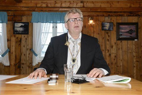 UHELDIG: – Det er uheldig at mange politikere fra posisjonen i Lurøy kommunestyre kommuniserer med ordføreren gjennom å sende inn interpellasjoner, sier ordfører Carl Einar Isachsen i Lurøy.  Foto: Arne Forbord