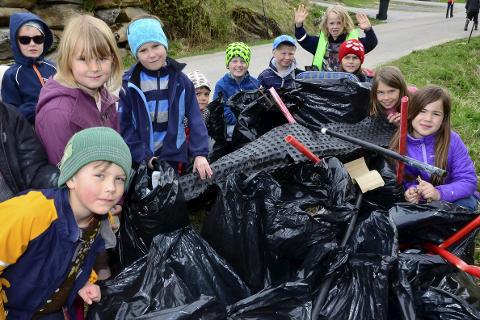 Strandryddedag: Alle elevene ved Alteren skole gjorde en skikkelig innsats mandag for å gjøre fjæra i nærområdet rein for søppel. Sekk på sekk ble fylt opp. Foto: Hugo Charles Hansen