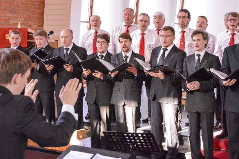 Musikalsk forbrødring: Gruben Mannskor leverte en majestetisk og flott konsert i Gruben kirke sammen med sine korvenner i Karelsk Statlig Pedagogisk Akademis mannskor.