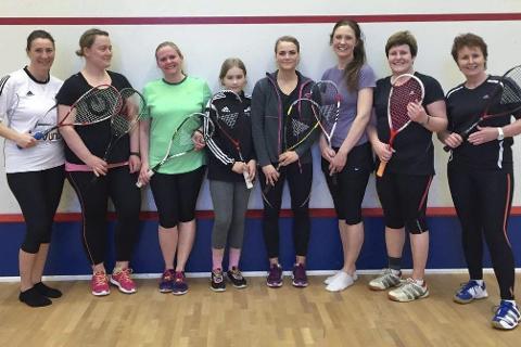 Samlet damene: Her er åtte av de 15 damene som deltok i helgas Lovund Open. Squash er utvilsomt populært på d en lille øya. Foto: Privat