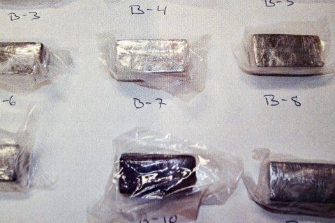 Hasjbeslag: Til sammen 5,1 kg hasj var vakumpakket i plast og ble overlevert til bodømannen i Oslo.Foto: POlitiet
