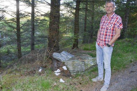 Bæsjing ødelegger: Utstrakt bæsjing i skogen nær Helgeland museums avdeling i Lurøy, ødelegger for folks opplevelse av anlegget og nærmiljøet, mener avdelingsleder Ragnar Selnes.