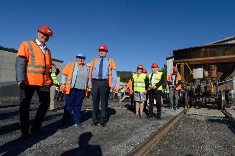 DETALJPLANLEGGING: Samferdselsminister Ketil Solvik-Olsen og statsminister Erna Solberg var på besøk hos Rana Gruber i fjor og la 25 millioner på bordet for at Jernbane verket kunne starte detaljplanlegginga av oppgraderingsprosjektet.