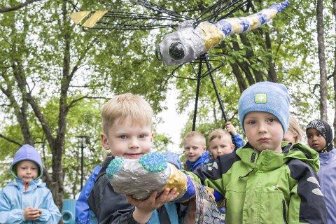 Ny skulptur: Helmer Fjelldal Svendsen (6) og Are Sviggum Steinrem (6) viser frem prototypen de har laget av skulpturen. I bakgrunnen står flere av barna som var med på prosjektet, og den ferdige skulpturen.