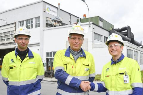 Kontrakt: Bilfinger vant millionkontrakt hos Alcoa. Fra venstre: Magne Krutnes, teknisk sjef ved Alcoa, Tom Eilertsen, daglig leder Bilfinger, og verksdirektør Kathrine Næss ved Alcoa.