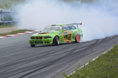 STARTET: Kjøringa pågikk for fullt på fredag. Lørdag og søndag blir det mer svidd gummi. Foto: Viktor Leeds Høgseth