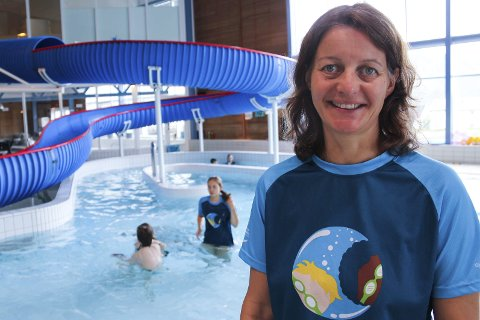 Overvinner vannskrekken: Aksjonen er for barn som ikke kan svømme eller er redd for vann, sier Bergit Svenning i Rana Svømmeklubbfoto: Silje-Tamara Rojas