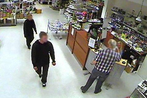 VIDEO: De mørkkledde gjerningspersonene ble fanget opp av et overvåkingskamera i Coop-butikken i Hattfjelldal. FOTO: Overvåkingsvideo/Politiet
