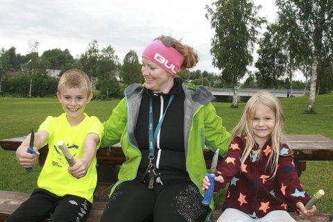 LÆRER: Emrik Pedersen Steinmo (t.v) og Elly Andrea Kildal Akersvatne (t.v) lærte seg å spikke av friluftsskolelærer Catrine Hole.