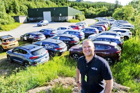 Nye biler: Alf-Erik Hansen og noen av de splitter nye bilene som skal brukes under Arctic Race.