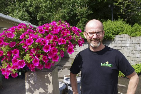 Sindre Lønnum går omkring på Båsmoen med grønne fingre og driver Lønnum Gartneri og Blomsterforhandler AS.