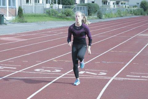 Alene: Helen Alterskjær Strand hadde hele Sagbakken for seg selv mandag. Seinere i måneden løper hun i NM i friidrett på Askøy. Foto: Stian Forland