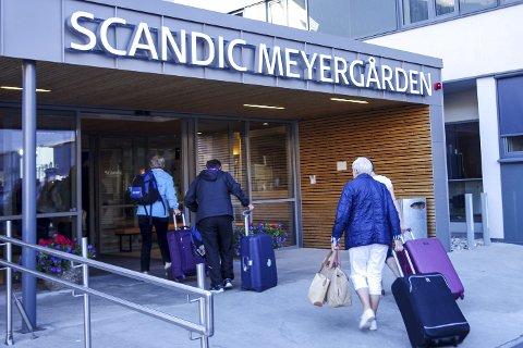 OVERNATTING: Hotellene på Mo tar hver dag imot en strøm av turister. Foto: Trygve Ulriksen Skogseth