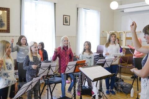 DIRIGERER:  Gul gruppe på sommerskolen øver seg på dirigering på sine nye dirigentstaver. Instruktør Bera Skorpen  fra Brønnøysund har både lek og musikk i undervisningen til de minste.Foto: Lisa Ditlefsen
