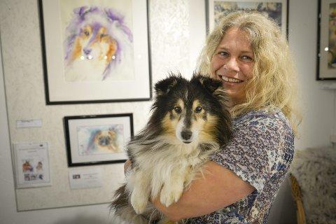Maler: Hilde Strand er en av to festivalkunstnere under den første Sjyen-festivalen på Nesna. Strand maler ofte akvareller av dyr, sånn som bildet av hunden sin. Foto: Lisa Ditlefsen