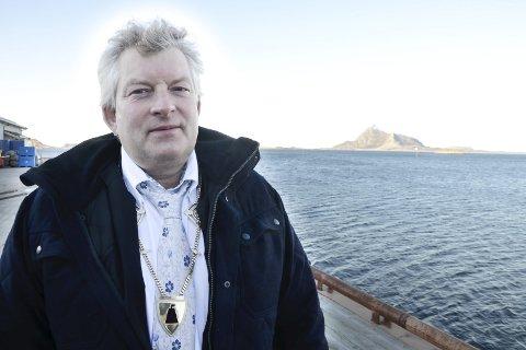 Bare starten: – Det blir et løft for trafikken og kommunikasjonen innad i Lurøy med sikrere og bedre vei å ferdes på, sier ordfører i Lurøy, Carl Einar Isachsen.