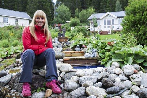 Alltid trivelig: – Det gode med hage er at du skaper noe, det er virkelig rekreasjon, sier leder for Rana hagelag, May Britt Meisfjord.Foto: Silje-Tamara Rojas