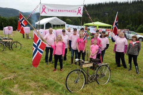 UL Heim slo et slag for kreftsaken og rosasløyfeaksjonen på en åker i Straumbygda foran syklistene.