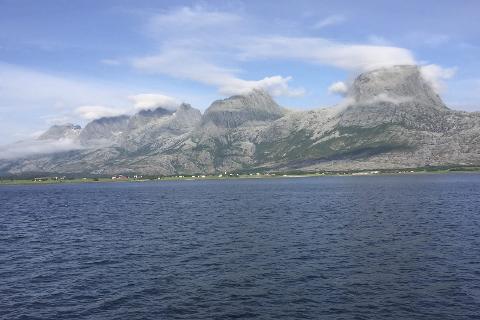 Døde: En mann døde etter å ha besteget Breitind i de Syv Søstre i Sandnessjøen lørdag morgen. Foto: Rune Pedersen
