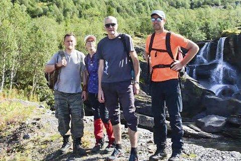 TIL FJELLS: Fornøyde deltakere i Okstindan fjellmaraton, her ved Melkarhella som var målet for dag 2.  Fra v:  Tore Berg, Solfrid Berg, Arnulf Villmo og Roald Bjerkadal.