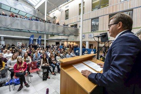 Fullt hus: Bjørn Olsen, rektor ved Nord universitet, ønsket en fullstappet Campus-kantine velkommen til studieåret.