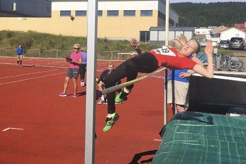 TILBAKE PÅ BANEN: Idunn Hamran Brattland svinger seg over høydestanga (1.35m) under stevnet i Bodø sist helg. Det holdt til gull i klasse 13 år.Foto: Privat