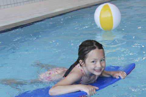 Bassengbursdag: Emma Sofie Guldhav feiret åtteårsdagen sin i bassenget. Der er mange som trekker inn for å bade når sommerværet ikke er på topp. FOTO: Marie Skonseng