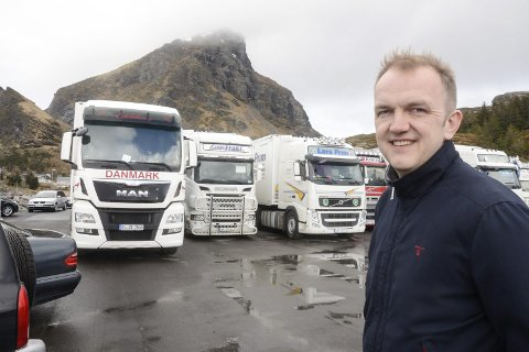 Salgssjef Bjørn Olvik i Nova Sea har ikke lastet noen trailere med laks til Kina de siste par ukene. Det gir noe tap for bedriften, men det er ingen krise.