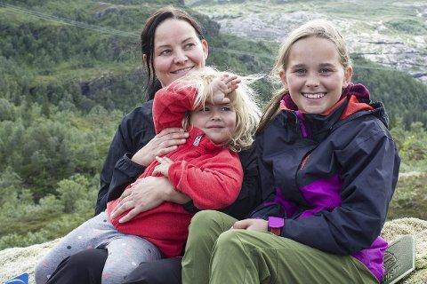 Turglede: Siv Merete Hansen, Birte Festvåg (3) og Helle Festvåg (11) fant mye bær på vei opp til målet, og spiste niste og sjokolade sammen på toppen. Foto: Isabel Haugjord