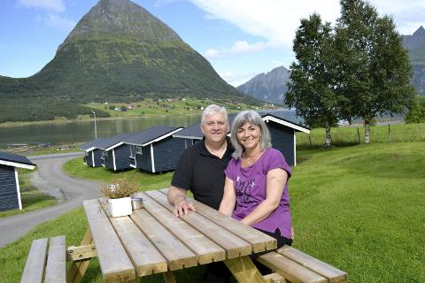 Helge og Ann Christin Stiauren skal ha helårsdrift på Aldersund Motell og Camping. De trives godt i Aldersundet, og har planer om å bosette seg der. Foto: Marie Skonseng