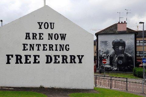 Derry/Londonderry dag med store malerier som minner om Bloody Sunday i 1972.